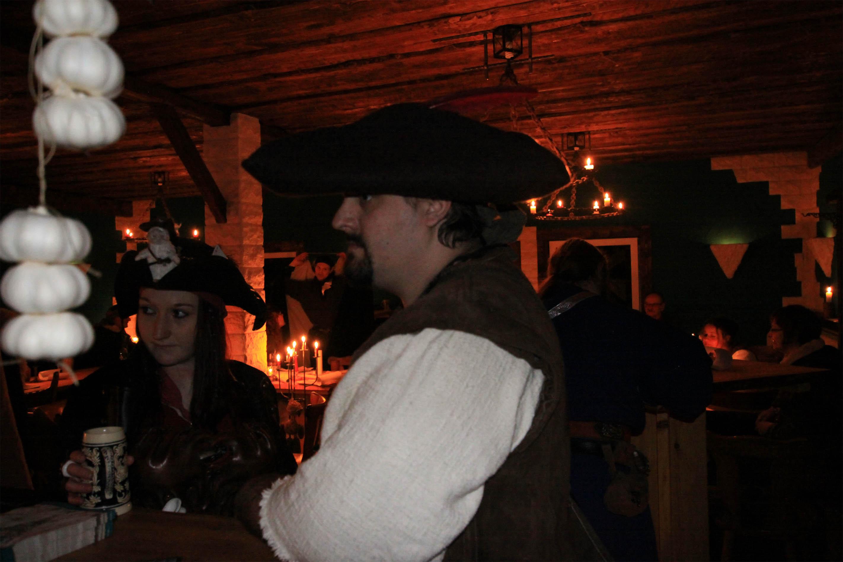 Hier findest du ein Bild aus der Larp Taverne zum fröhlichen Ferkel. Eine Larp Taverne der ganz besonderen Art. Nicht nur gemütlich feiern sondern auch...